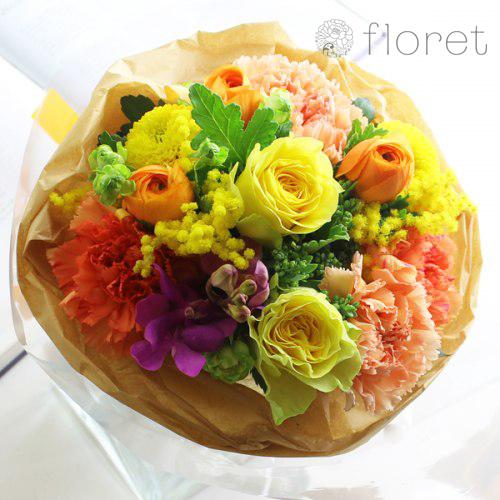 色とりどりの明るい春の花ブーケ