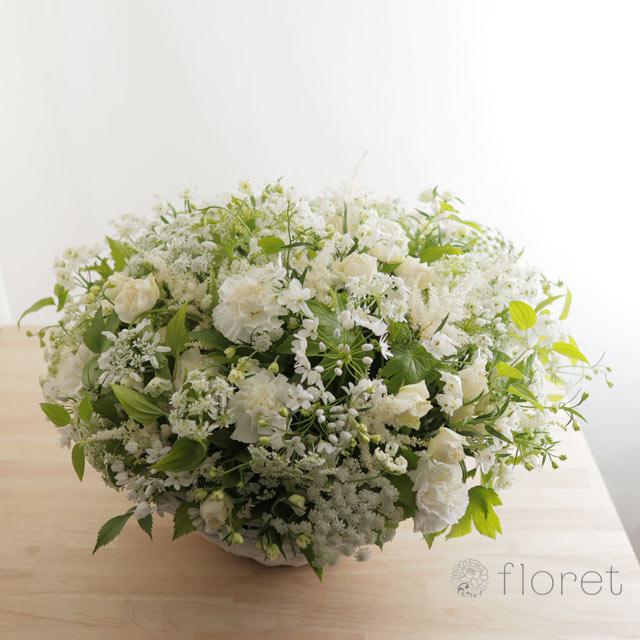 白い小花があふれるフラワーアレンジメント1