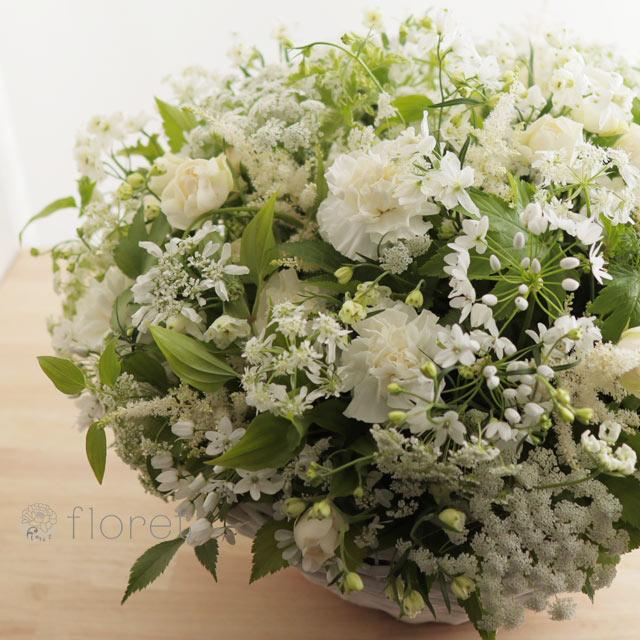 白い小花があふれるフラワーアレンジメント2