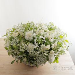 白い小花があふれるフラワーアレンジメント