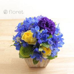 こんもり青い花のフラワーアレンジメント