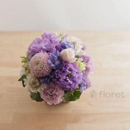 うす紫のお花を集めたコロンと可愛らしいフラワーアレンジメント