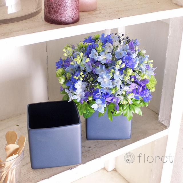 青い花でまとめたフラワーギフト4