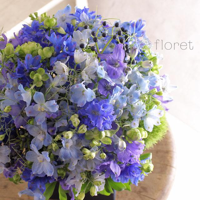 青い花でまとめたフラワーギフト2