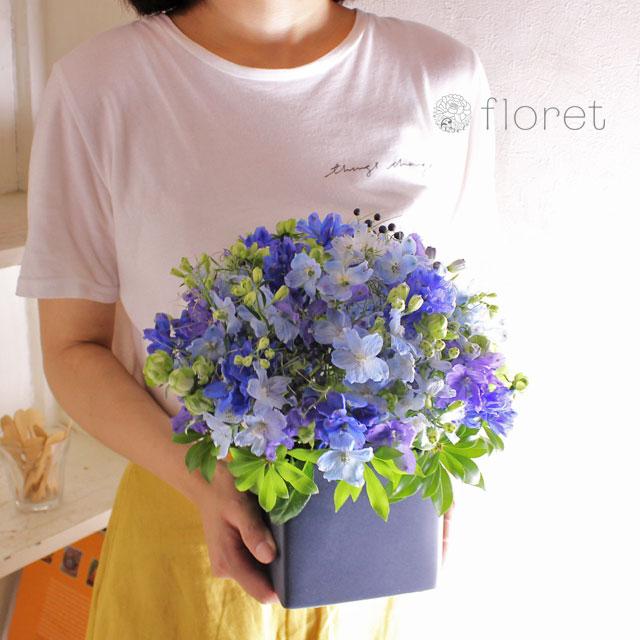 青い花でまとめたフラワーギフト3