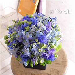 青い花でまとめたフラワーギフト