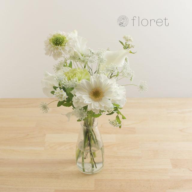 季節の花を入れたご自宅に飾る花(白グリーン)1