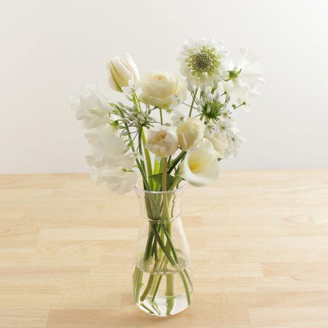 季節の花を入れたご自宅に飾る花(白グリーン)5