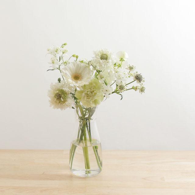 季節の花を入れたご自宅に飾る花(白グリーン)7