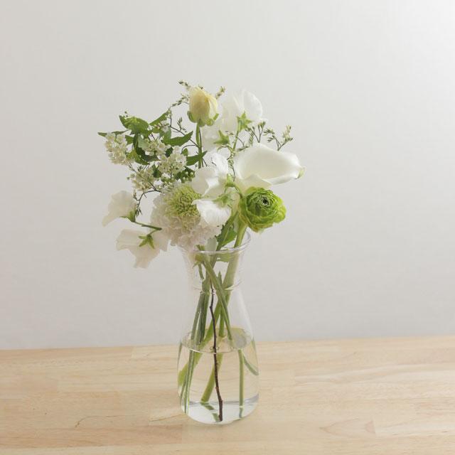 季節の花を入れたご自宅に飾る花(白グリーン)6